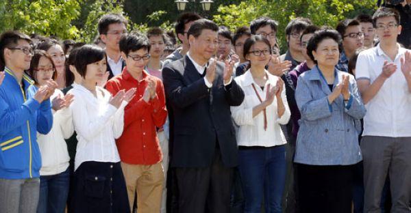 2014年5月4日,习近平等国家领导人与北大师生合影(前排左一为我图片